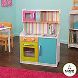 Kinderküche in hellen Farben